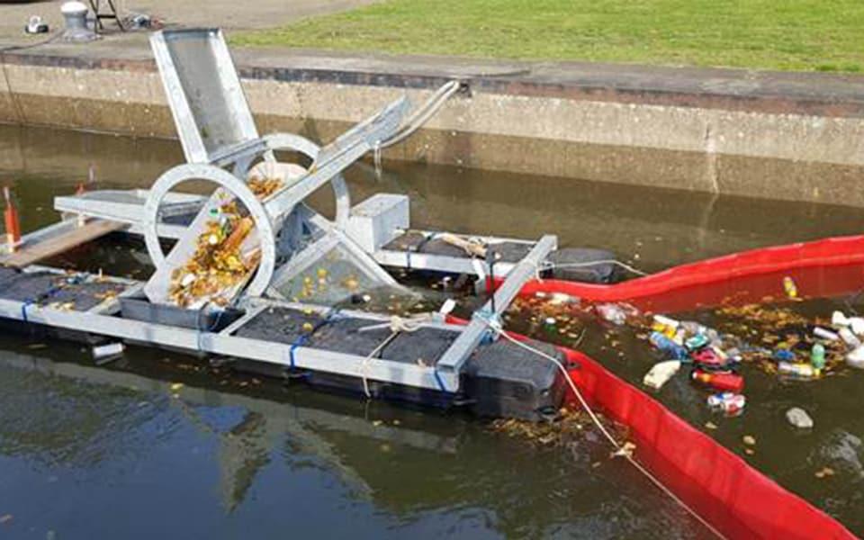 Plastic-scheprad draait proefuren  bij ongebruikte sluis Borgharen