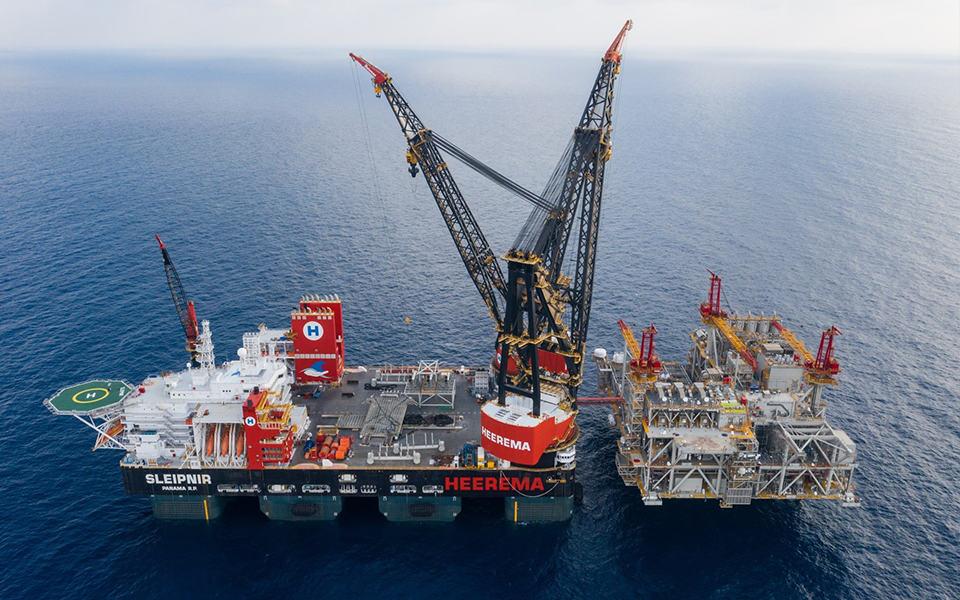 Het grootste kraanschip ter wereld voor de eerste maal in Rotterdam