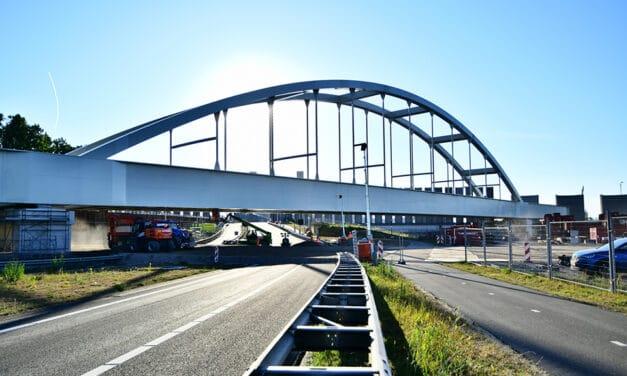 Installatie stalen boogbrug Theemswegtracé over A15 en N15 succesvol verlopen