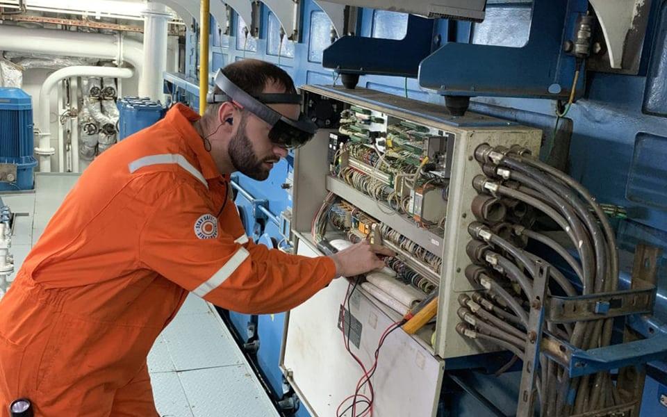 Bakker Sliedrecht verleent schepen Anthony Veder service op afstand door augmented reality bril