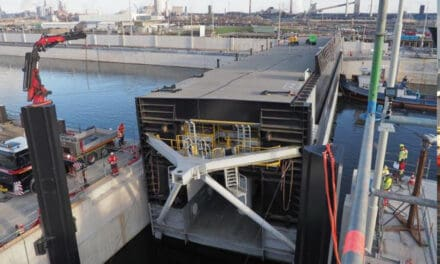 Sluisdeur kanaalzijde en reservedeur Zeesluis IJmuiden geplaatst