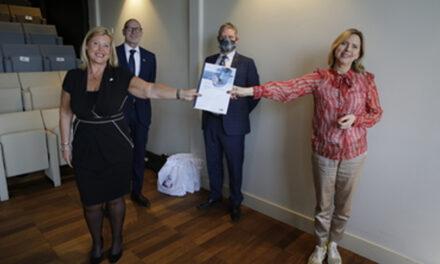 Den Helder Airport overhandigt impactstudie helikopters en schepen aan minister tijdens European Maritime Day